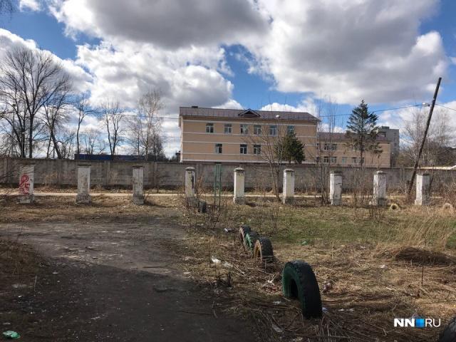 За забором — здание СУ СК по Нижегородской области