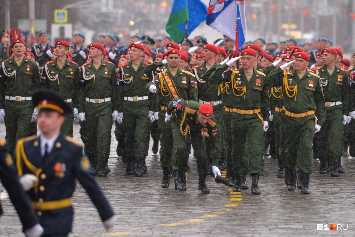 Трогательный момент. Участник парада Победы поднимает туфельку,  которую обронила Золушка в погонах