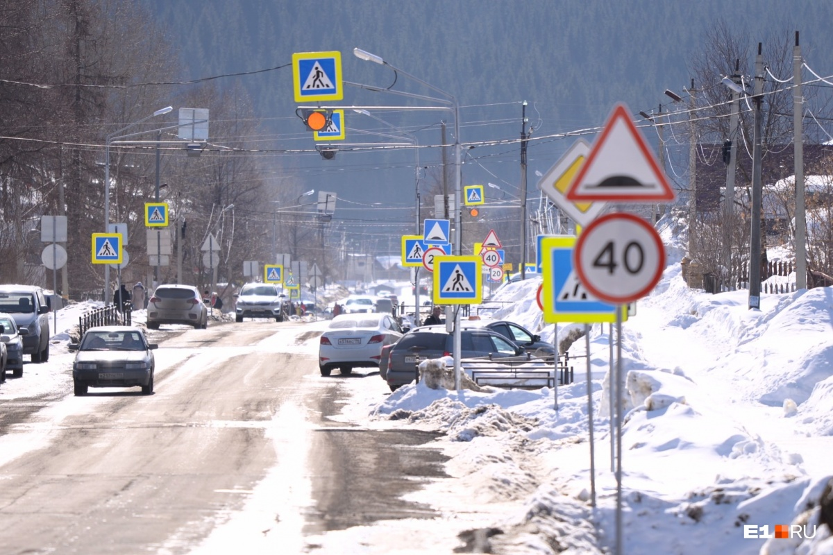 Безопасность на грани абсурда: история улицы в Нижних Сергах, которую заставили дорожными знаками