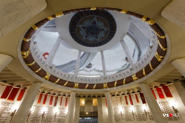 В музее-заповеднике «Сталинградская битва» изображение ордена «Победа» украшает свод триумфального зала