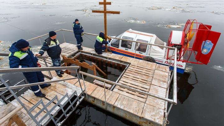 «Больше всех купался 92-летний дедушка»: волгоградские моржи устроили ночной заплыв на Волге