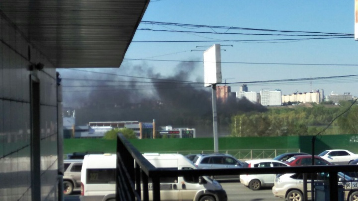 На левом берегу поднялось облако черного дыма