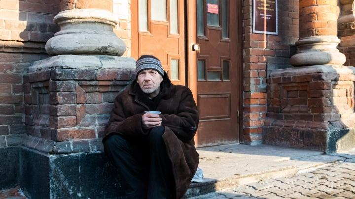 Я вижу на улице бездомного, кажется, ему нужна помощь. Что я могу сделать?