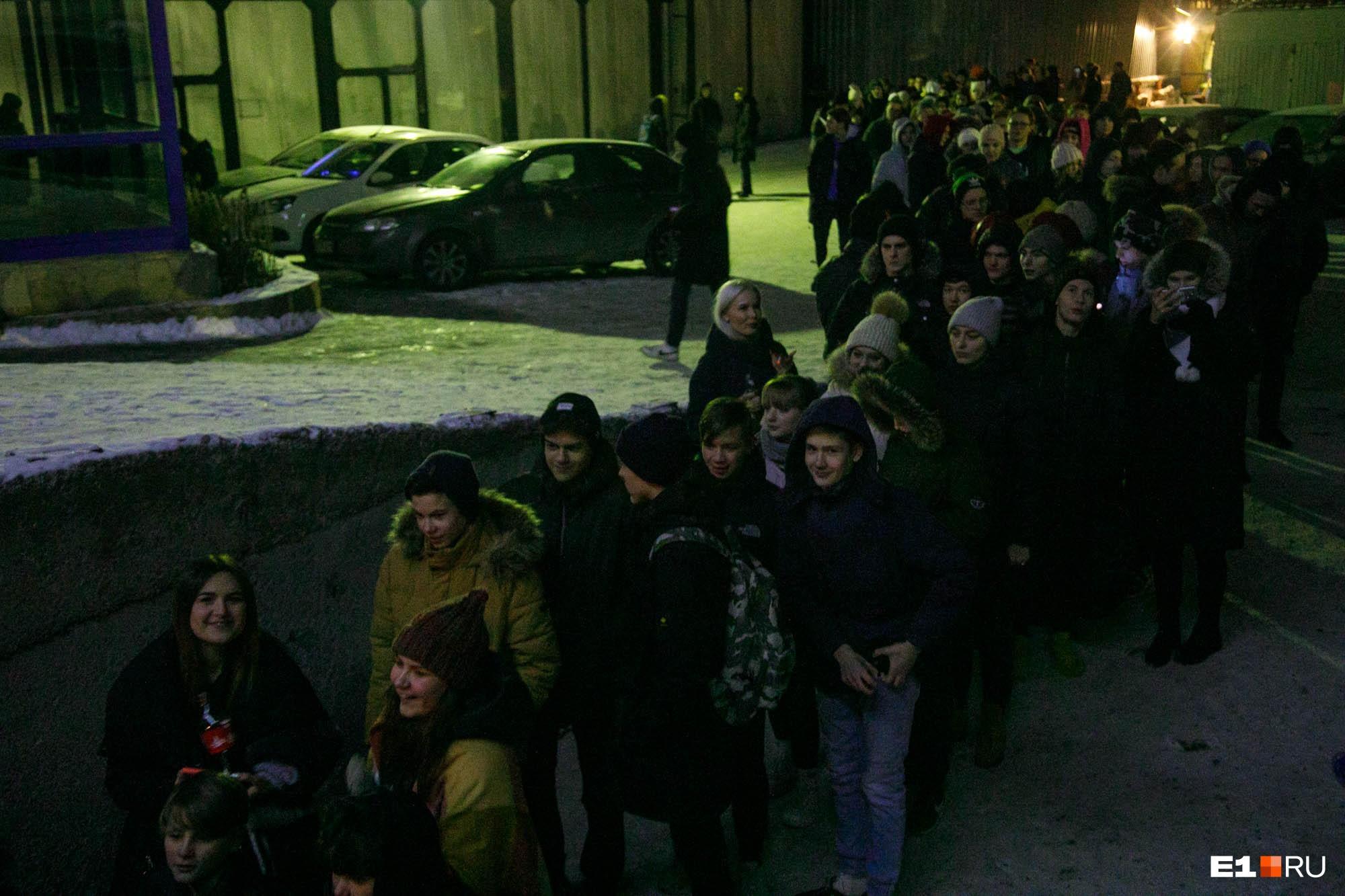 На концерт выстроилась большая очередь