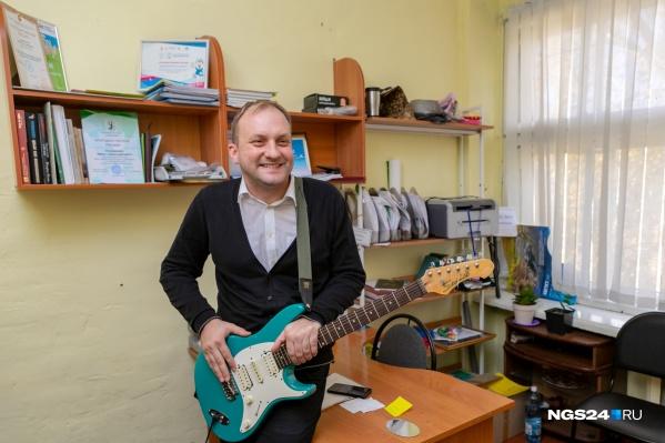 Иван окончил музыкальную школу по классу баяна, но обожает гитары
