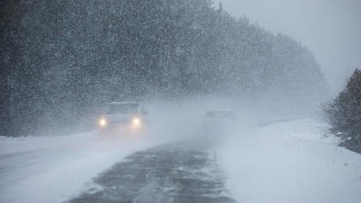 Сотрудники ГИБДД на трассе до Минусинска спасли застрявшую в кювете машину с детьми в салоне