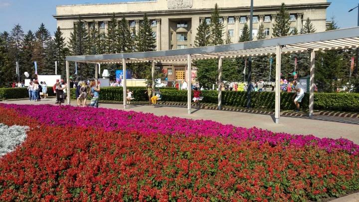 Качели и много цветов: как преобразилась площадь Революции ко Дню города
