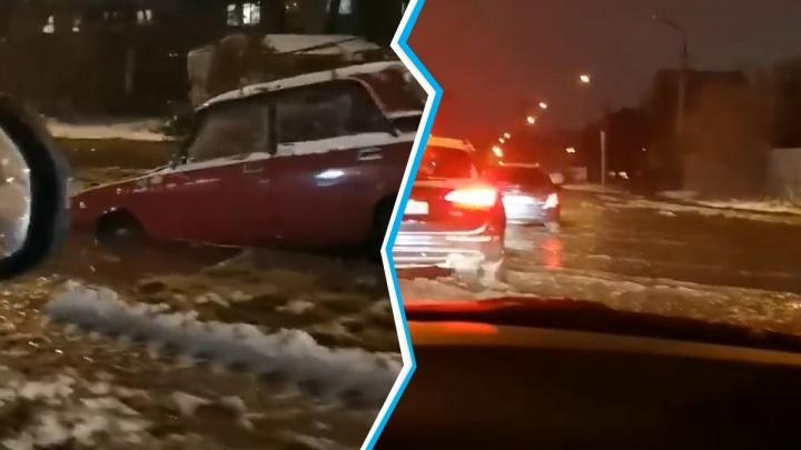 Утопил капот: появилось видео, как «Жигули» провалились под асфальт на Береговой