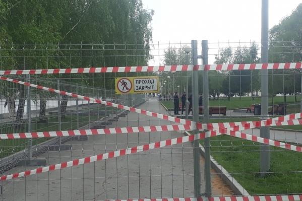 Забор по периметру сквера установили рано утром 13 мая