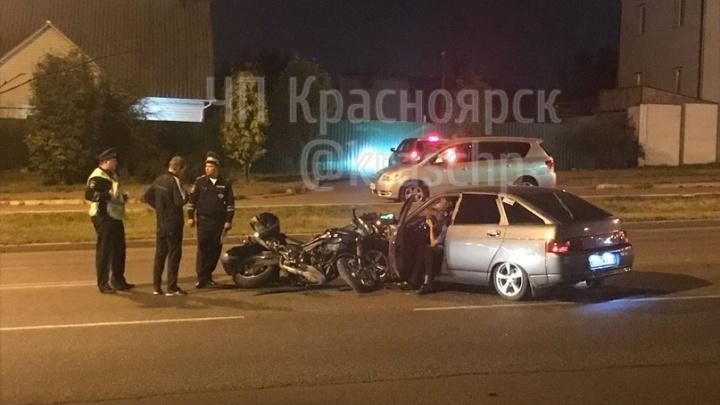 В Покровском тонированный ВАЗ вылетел со двора и сбил мотоциклиста