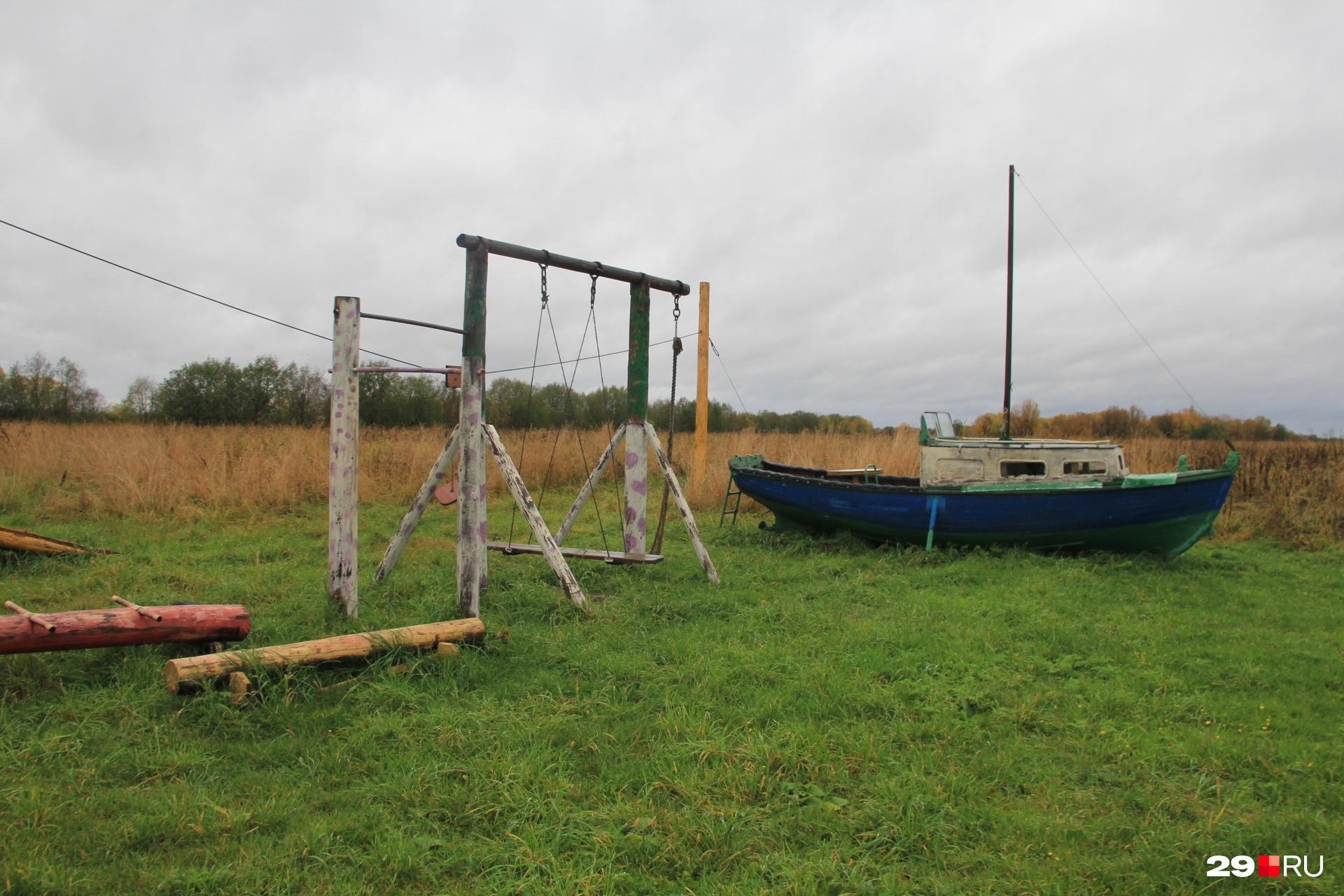 В Кальчино лодки есть даже на детской площадке