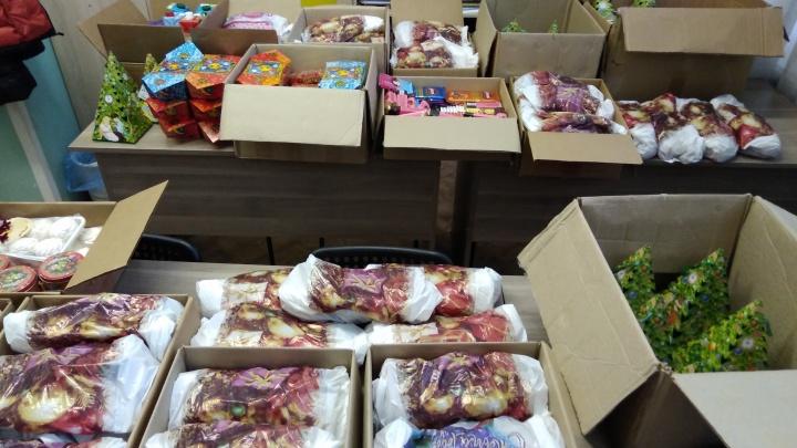 «Я теперь украдкой раздаю подарки»: детям запретили передавать подарки новосибирским ветеранам
