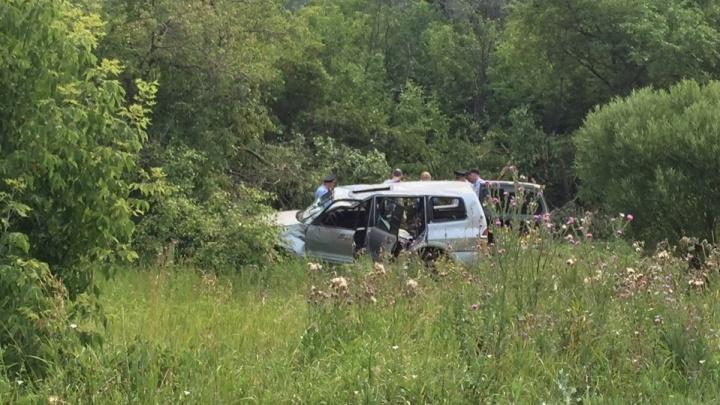 В Омске угнанный автомобиль нашли опрокинутым на обочине