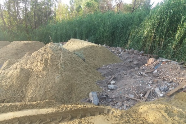 Следы огромной свалки спрятали за слоем песка