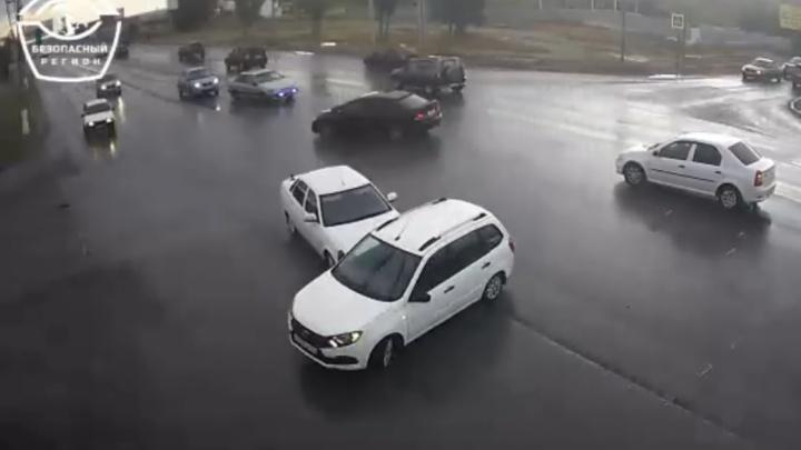 «Не заметил»: в Дзержинском районе столкновение трех белых «Лад» попало на видео