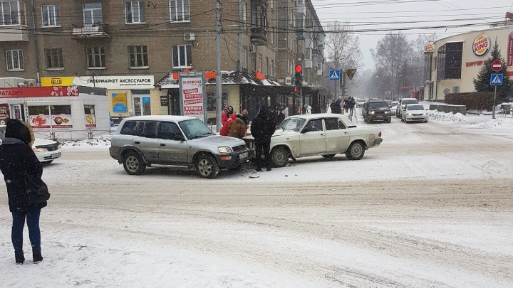 Жертвы снегопада: десятки автомобилей попали в ДТП из-за непогоды