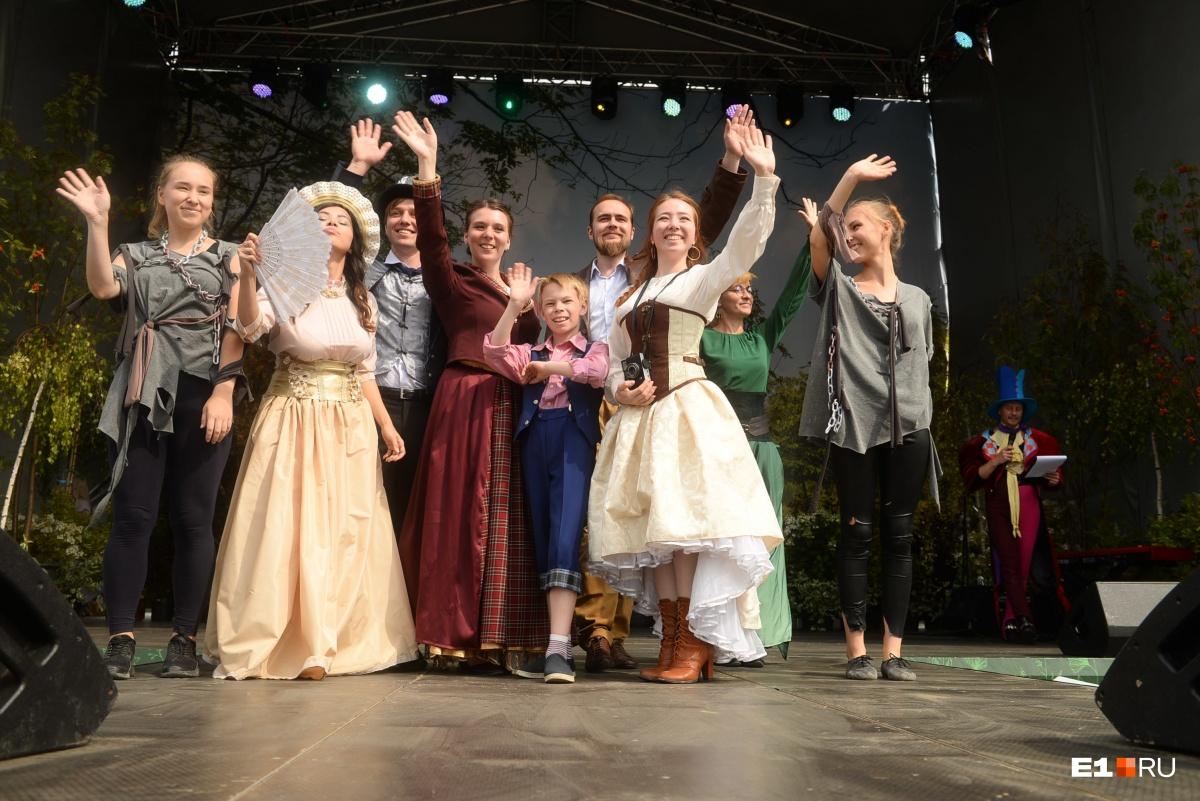 Весь город — театр: смотрим, как Екатеринбург заполнили мимы, кукольники и двухметровые люди