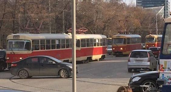 Не поделили дорогу: на Радищева из-за аварии встали трамваи