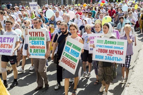 Православные новосибирцы прошли по городу крестным ходом в честь Дня семьи, любви и верности — эти шествия уже стали традицией<br>