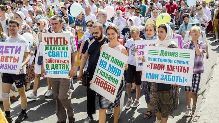 По перекрытому центру Новосибирска прошли сотни верующих с иконами и плакатами