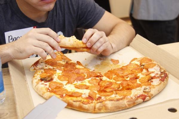 Участникам состязания нужно было успеть съесть как можно больше пиццы за пять минут