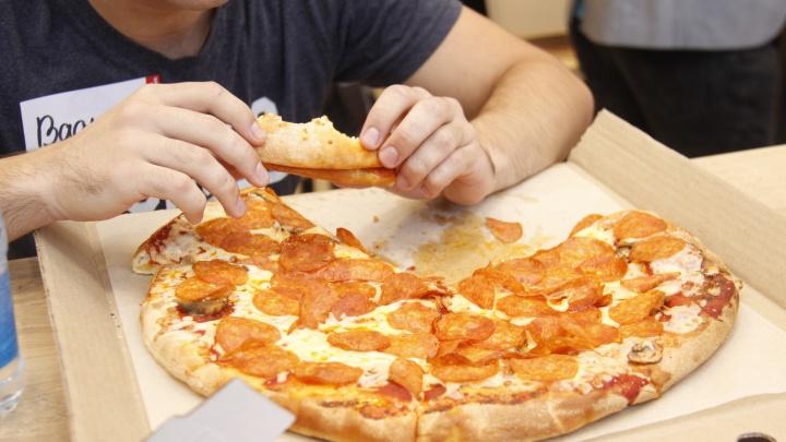 Три десятка новосибирцев пришли в «МЕГУ» на соревнования по скоростному поеданию пиццы