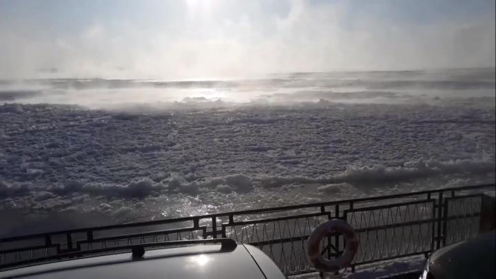 Видео: под Енисейском на паромной переправе Енисей покрылся ледяной«шугой»