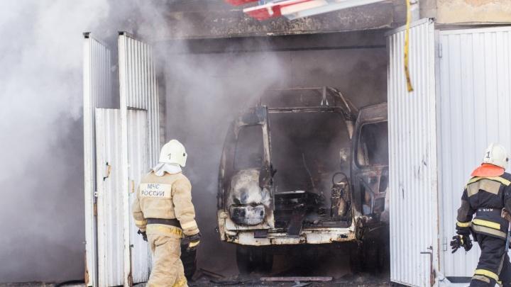 Минус три иномарки: в Железнодорожном районе сгорел автосервис