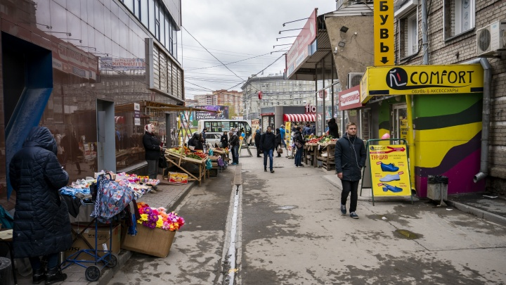 Базар вернулся: улицы Новосибирска снова заполонят ларьки и палатки с едой