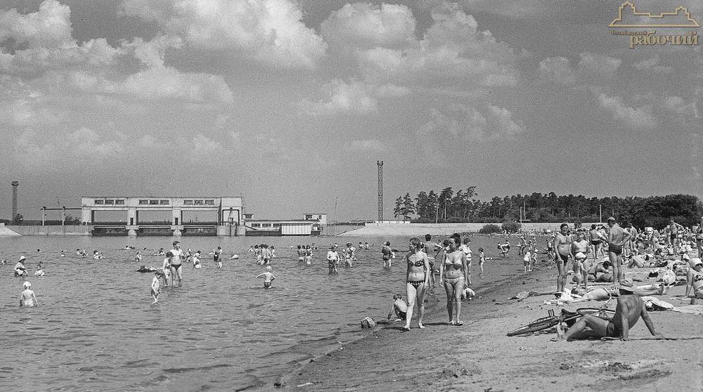 Пляж у плотины Шершнёвского водохранилища. 1988 год