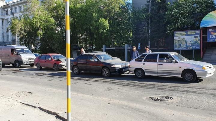 Четыре машины сошлись в ДТП на Фабричной: собирается пробка