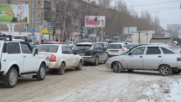 О чём говорят новосибирцы в 9-балльных пробках из-за Медведева и снегопада (20 отчаянных фраз)
