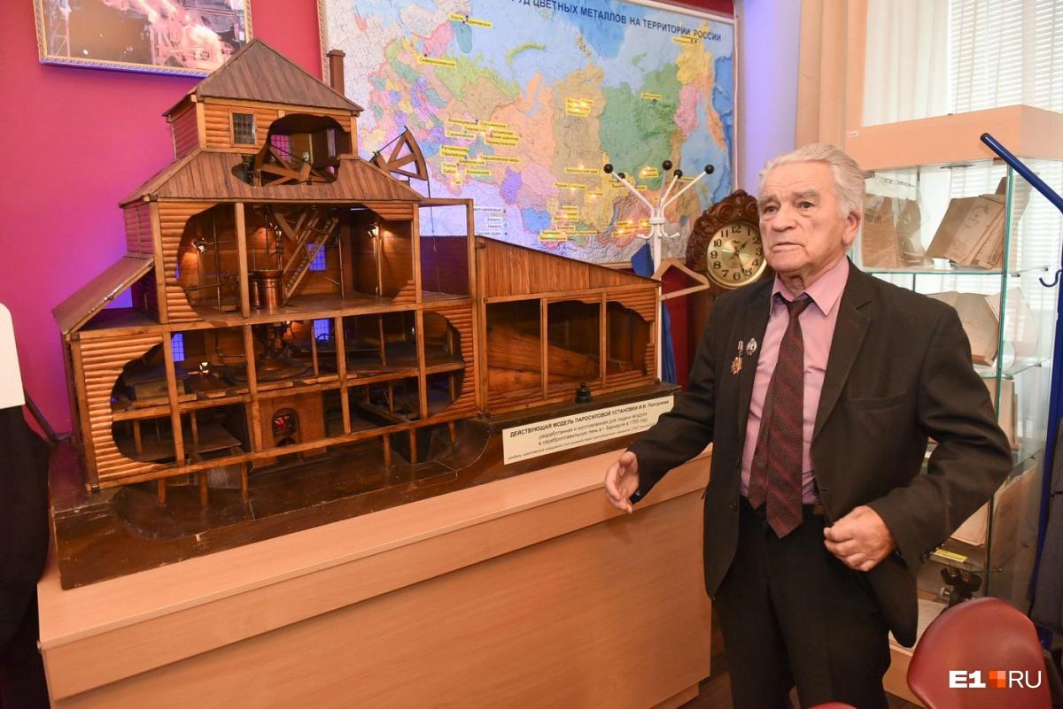 Владимир Фёдорович рядом с моделью паровой установки Ивана Ползунова. Её сделали студенты техникума в 1947 году