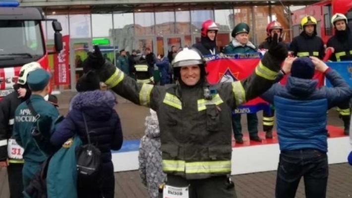 Ответил на вызов: ярославский спасатель в амуниции забежал на 39-й этаж. Видео