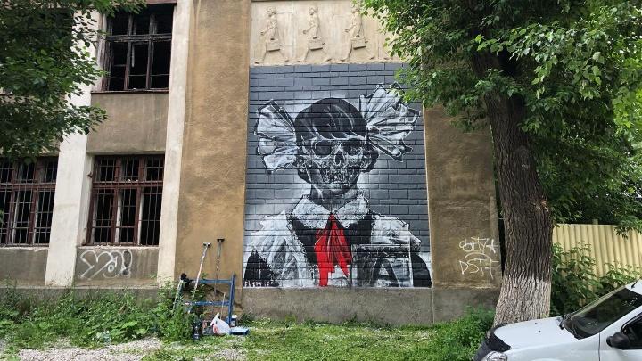 Уличный художник украсил заброшенную школу на Уралмаше черепами в пионерских галстуках