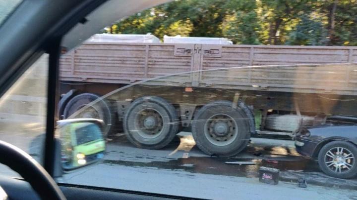 «Тойота» влетела в большегруз на Бердском шоссе: женщину-водителя увезли в реанимацию