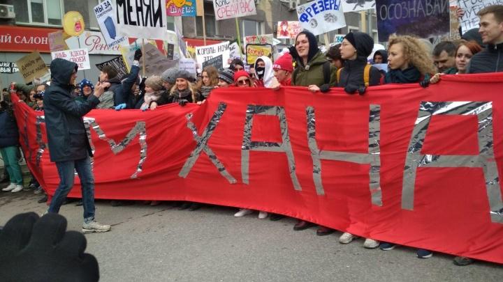 Лоскутов развернул красный и дерзкий лозунг «Монстрации». А потом достал новый — он ещё резче