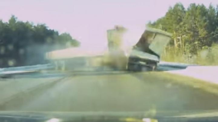 Прямо перед лобовым стеклом: страшное столкновение фуры и ГАЗели на ЕКАД попало на видео