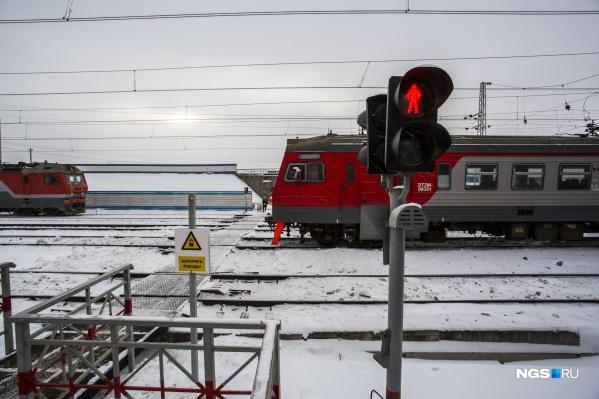 Мужчина переходил через железнодорожные пути, но попал под поезд
