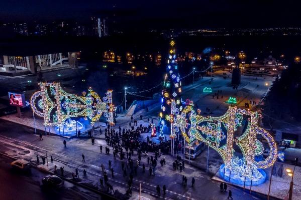 Гулять по улицам в этом году будет особенно приятно из-за праздничной иллюминации, которая украшает город