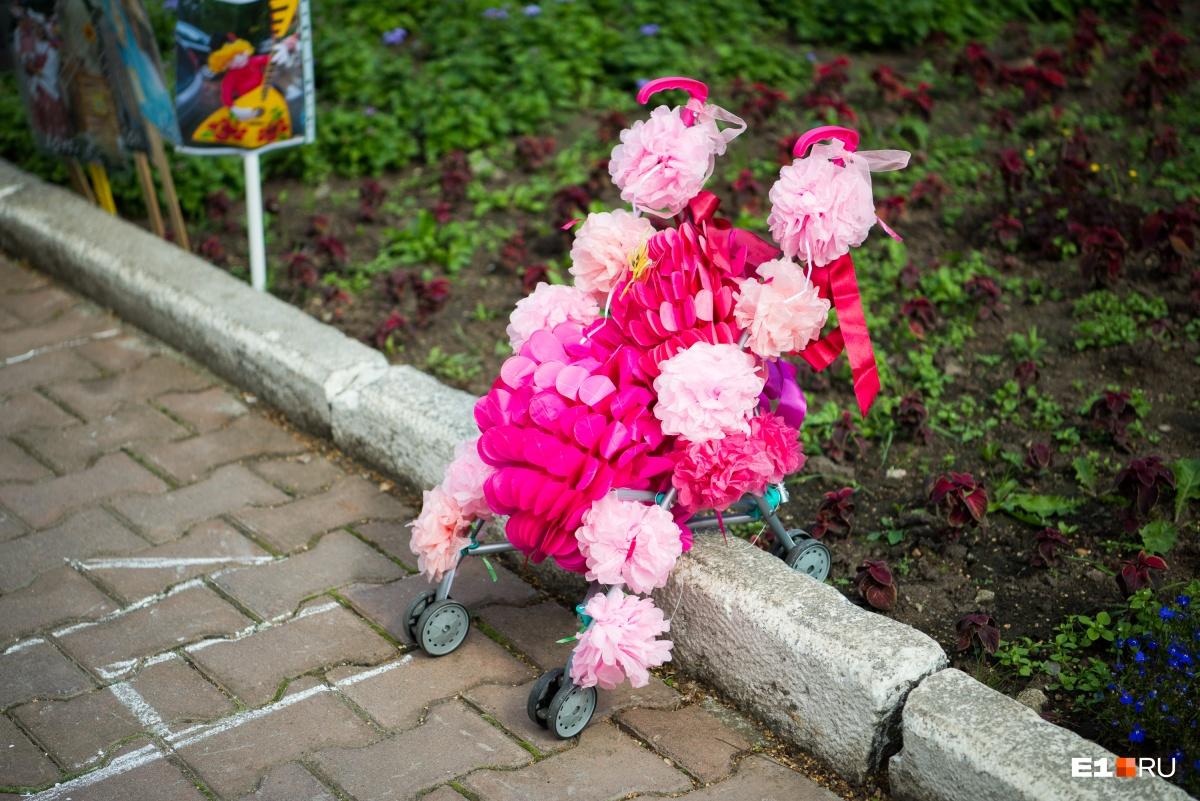 Украшали не только детские коляски, но и кукольные