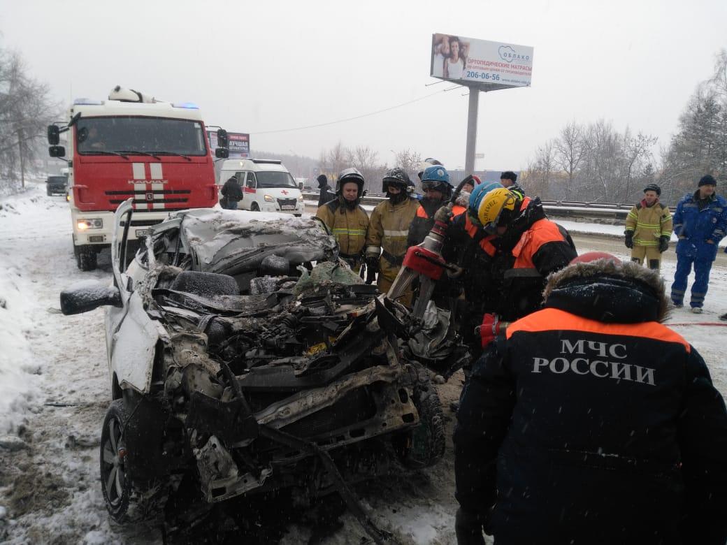 Водитель погиб на месте: на Московском тракте такси на огромной скорости залетело под фуру