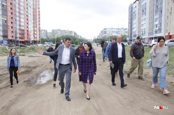 Наталья Котова сегодня была в туфлях, но удобных, в которых можно пройти по бездорожью