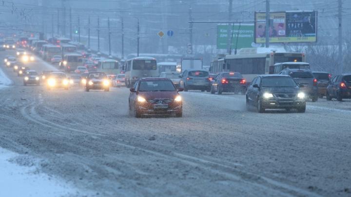 «Нормальная ситуация»: ночной снегопад парализовал движение в Челябинске