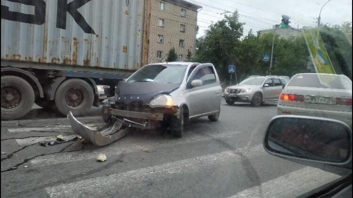 В Заельцовском районе столкнулись такси и иномарка— оба автомобиля получили повреждения