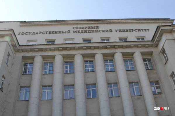 По словам губернатора, в Архангельске обучают много медиков, но на выходе регион получает существенно меньше