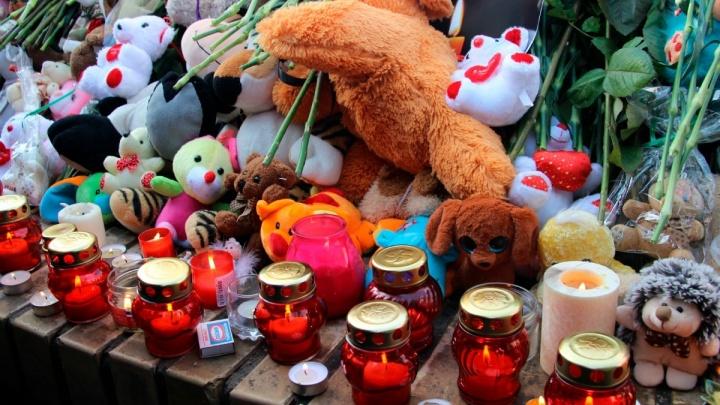 Игрушки и цветы, которые омичи принесли к мемориалу погибшим в Кемерово, утилизируют