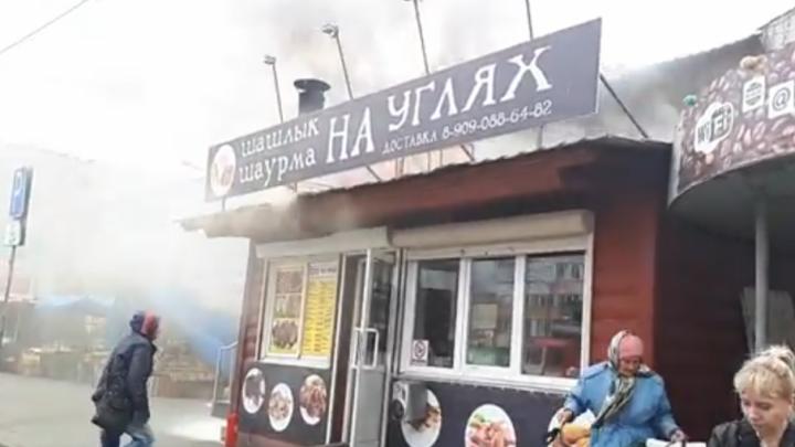 Шаурма и шашлык «на углях»: в Челябинске загорелся киоск на «Птичьем рынке»