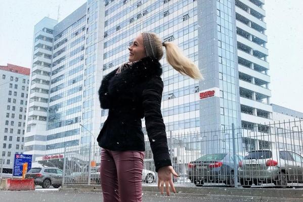 Красноярские девушки делают красивые фотографии во время снегопада