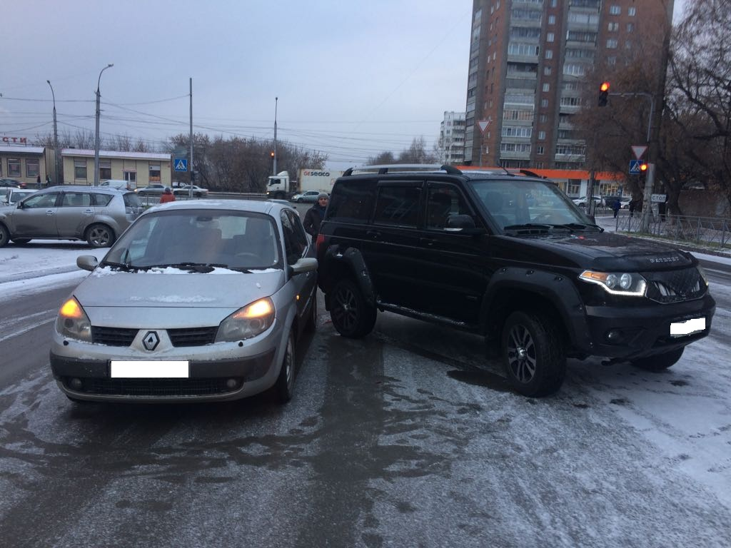 ВНовосибирске из-за гололеда столкнулись 5 машин